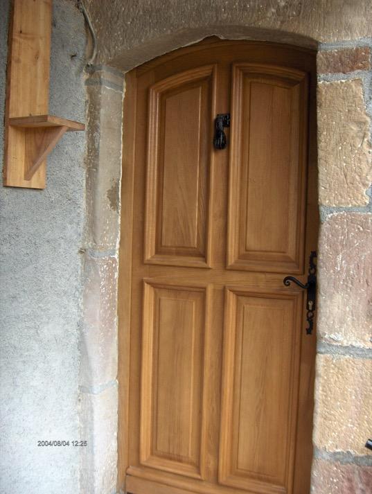 Porte d entr e en ch ne 4 panneaux menuiserie comte for Menuiserie porte entree