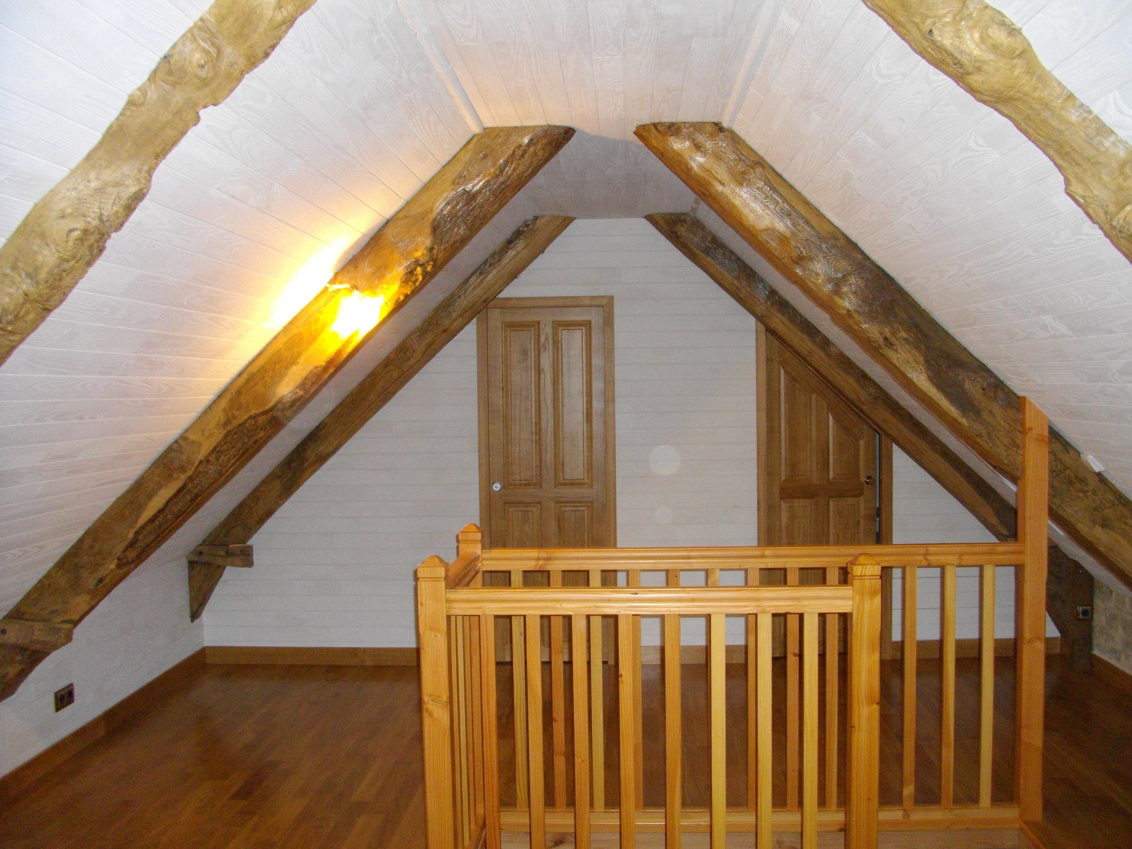 aménagement d'un grenier, parquet, lambris, dressing, salle de bain, rénovation des vieilles poutres, balustrade en douglas comme l'escalier