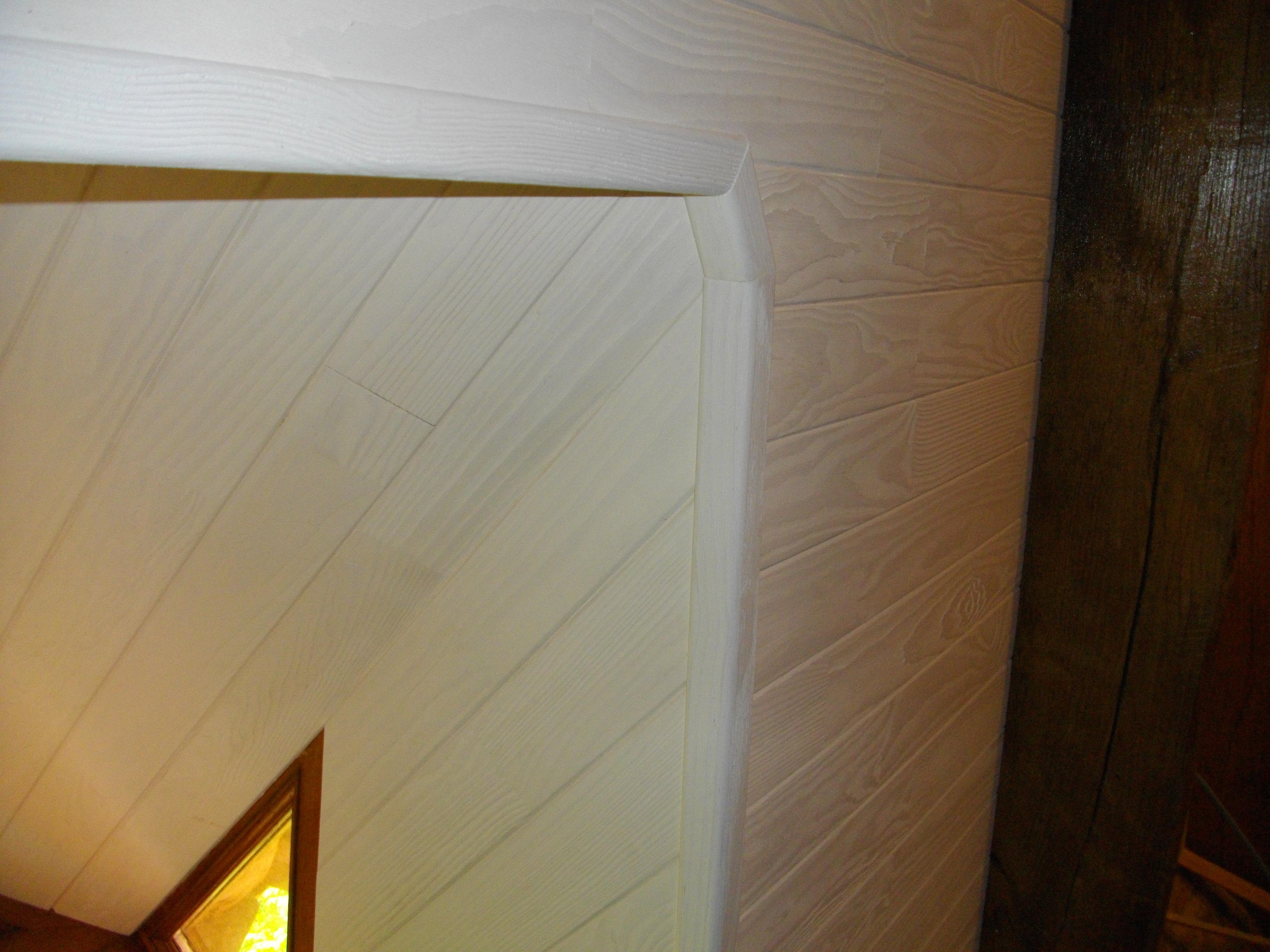 coupe de baguette d'angle brossé blanc, lambris, habillage lucarne